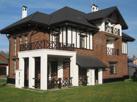 Один из менее рискованных бизнесов – это строительство дома на продажу. Но дешевым такой вариант нельзя назвать, придется вложиться.