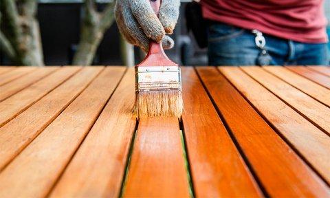 Лаки полиэфирного типа хорошо знакомы всем, кто так или иначе сталкивался с применением лакокрасочных изделий в быту.