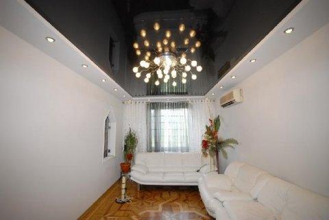 В наше время, занимаясь капитальным ремонтом в квартире, половина собственников жилья выбирают установку натяжного потолка, как вариант отделки верха помещения.