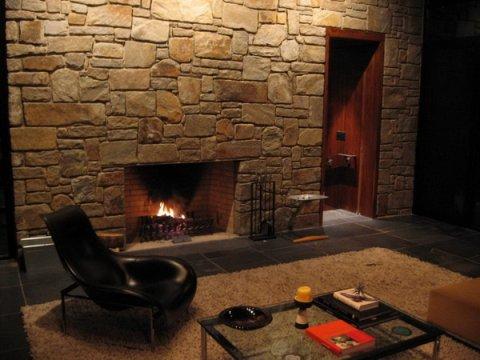 Непосредственно такой материал как натуральный камень сейчас является очень востребованным и популярным и именно благодаря этому его применяют как для внешней, так и для внутренней отделки помещений.