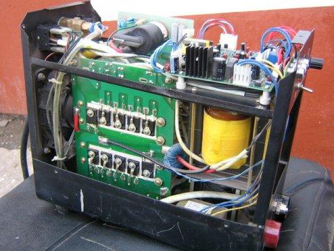 Сварочный инвертор – это такая штука, прошедшая эволюцию от допотопных сварочных аппаратов до компактной коробочки, облегчающей жизнь сварщикам.